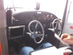 le tableau de bord et le volant de l'aeronca