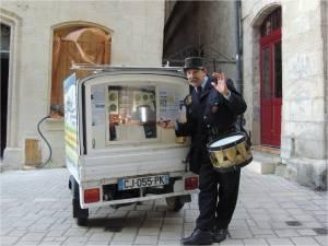 Le triporteur de l'aéroclub de Périgueux et le garde champêtre