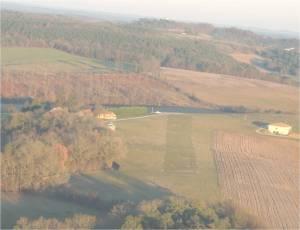 Une piste ULM au milieu de la campagne à Bourdeilles