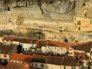 -Le rocher des Eyzies et la statue dite de Cro-Magnon