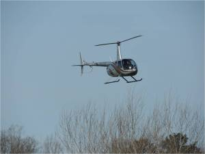 un-Robinson-R44-qui-coupe-l-axe-de-piste