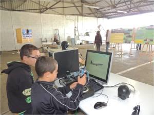 Un futur pilote d'avions de ligne au simulateur de vol