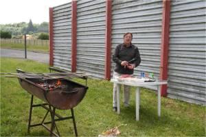 lenvers du decors- le coin grillade pour le repas du midi - Henri Instructeur et cuisinier...