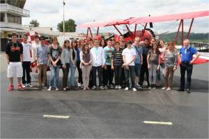 Un photo de groupe à coté du boeing Stearman
