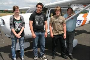 un groupe de 3 de retour d'un vol à bord du cessna 172