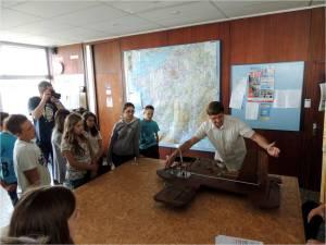 Jacques, dans son rôle de Professeur avec les élèves de Mussidan