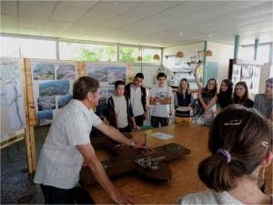Les élèves attentifs aux explications de Jacques