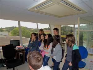 Un groupe en visite à la tour de controle