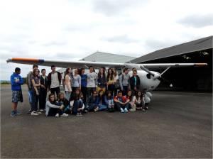 Le groupe du collège chatenades devant le Cessna 172