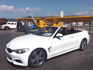 Le piper J3 et un cabriolet BMW