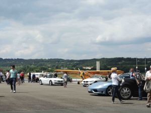 Voitures et avions sur le tarmac de l'aéroport de Périgueux