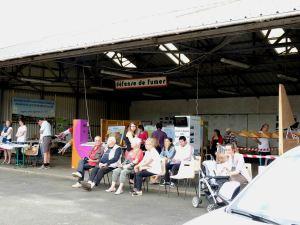 Le public devant le hangar du club