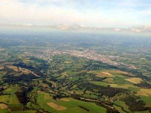 La ville d'Aurillac au loin