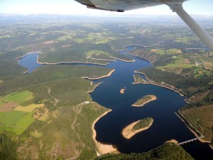Le lac du barrage de Grandval - les iles du Château et de chante dur