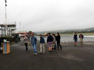 L'arrivée des jeunes dans le brouillard du matin