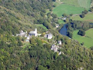 -un village accroché sur eperon rocheux qui surplombe l'Aveyron