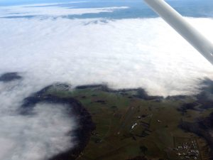 le plateau de l'aérodrome de Domme entouré de brouillard