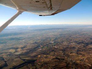 Carcassonne avec les pyrénées comme ligne d'horizon
