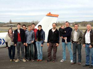 un petit groupe de jeunes de l'école de pilotage à l'honneur