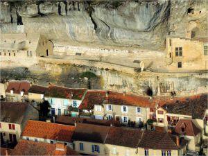 Le rocher des Eyzies et la statue dite de Cro-Magnon