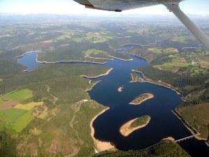 Le Lac du barrage de Grandval - iles du château et de chante dur