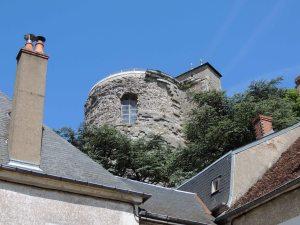 La Tour des fiefs. Un donjon haut de 30 m situé dans le parc du Château de Sancerre