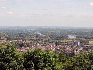 Vue du sommet de la tour des fiefs à Sancerre : La ville de Saint Satur