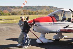 La sortie de l'avion du hangar