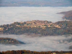 La bastide de Domme émergeant du brouillard à 15h00