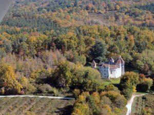 Le château de Caussade avec les belles couleurs de l'automne.