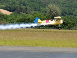 Un stearman au décollage avec les fumigènes