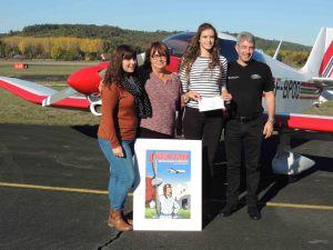 Lorrie, Liliane, Juliette et le Président de l'AIA devant le Robin que pilote Juliette.