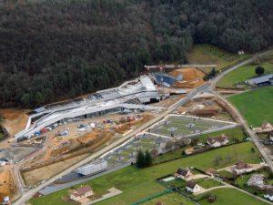 Les grues sont démontées en fonction de l'avancement du chantier de Lascaux