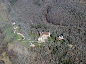 bel ensemble surplombant la vallée de la Dordogne