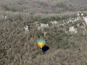 Une montgolfière en bordure de falaise rocheuse