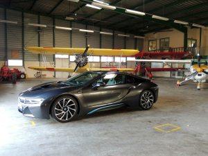 Cette BMW a toute sa place avec les boeing Stearman
